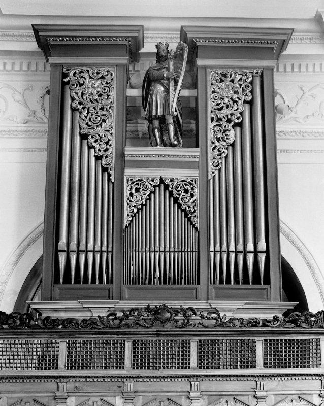 """Die Chororgel von Nikolaus Schönenbüel aus Alpnach vom Jahre 1646 in der Stanser Pfarrkirche mit dem himmlischen """"Harfenäre"""", dem alttestamentlichen König David, neben der hl. Caecilia, Patron für Kirchenmusik."""