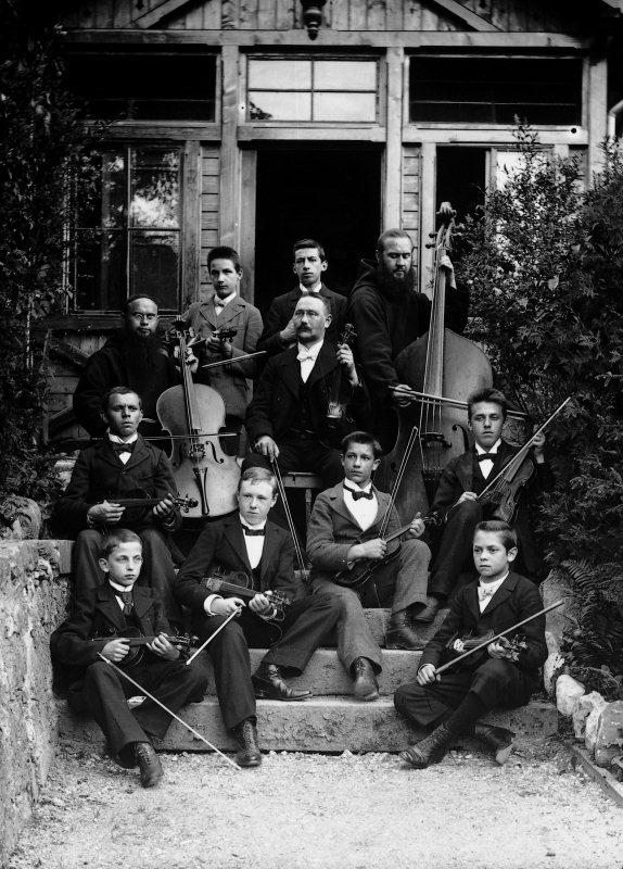 Das Streicherensemble des Kollegiums St. Fidelis mit dessen Leiter Werner Z'Rotz im Zentrum (Violine) am Anfang des 20. Jahrhunderts. Z'Rotz gehörte zu den Gründungsmitgliedern des Orchestervereins, war dessen 3. Präsident und später Ehrenmitglied.