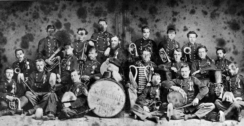 Die Feldmusik Stans im Jahre 1879. Der dritte von links ist der Vater des Orchestermitbegründers Josef Zelger, Uhrenmacher Joseph Zelger (Klarinette). Vorne sitzend mit der kleinen Trommel Franz Baggenstos, der an der Gründungsversammlung vom 31. Mai 1898 wegen beruflicher Überlastung dem Verein nicht beitreten wollte.