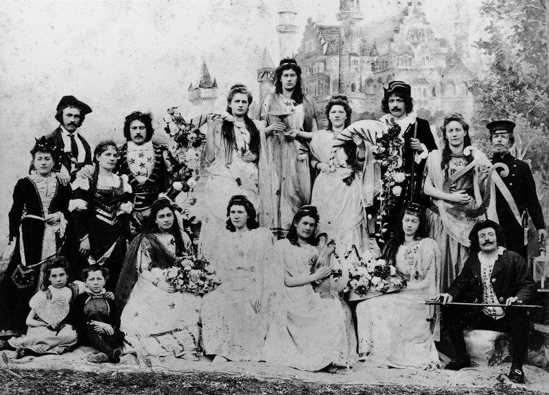 Kostümierte Sängerinnen und Sänger der Märchenoper im Gruppenbild.