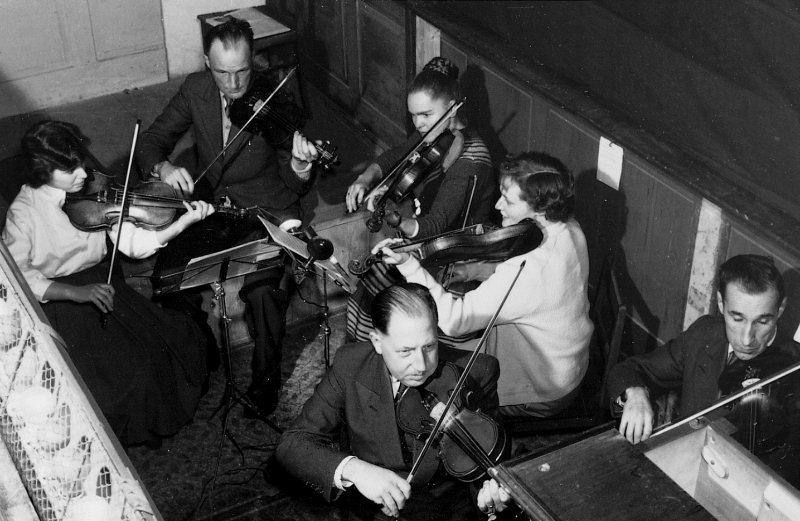 Prominenz im Orchestergraben: Landamman Adolf von Matt und Oberrichter Dr. Alex Bircher. Aufnahme vom Jahre 1955.