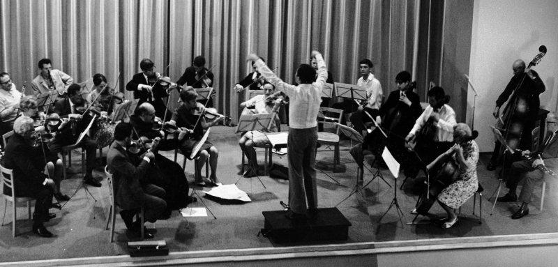 Das Orchester an der Generalprobe zum Konzert vom 24. Juni 1967 im Stanser Theater an der Mürg. Am Dirigentenpult Konrad Rudolf Lienert.