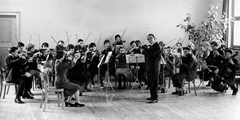 Heinz Hindermann mit dem Spielkreis, das Vorgängerensemble zum heutigen Jugendorchester. Aufnahme aus den frühen 60er Jahren.