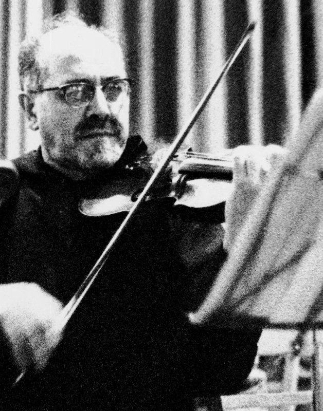 """P. Reinhard Peter vom Kapuzinerkloster Stans, 1968-1978 Konzertmeister, bei der Einstudierung seines Werkes """"Musik für Streicher"""", das am 14. März 1970 vom Orchesterverein uraufgeführt worden ist."""