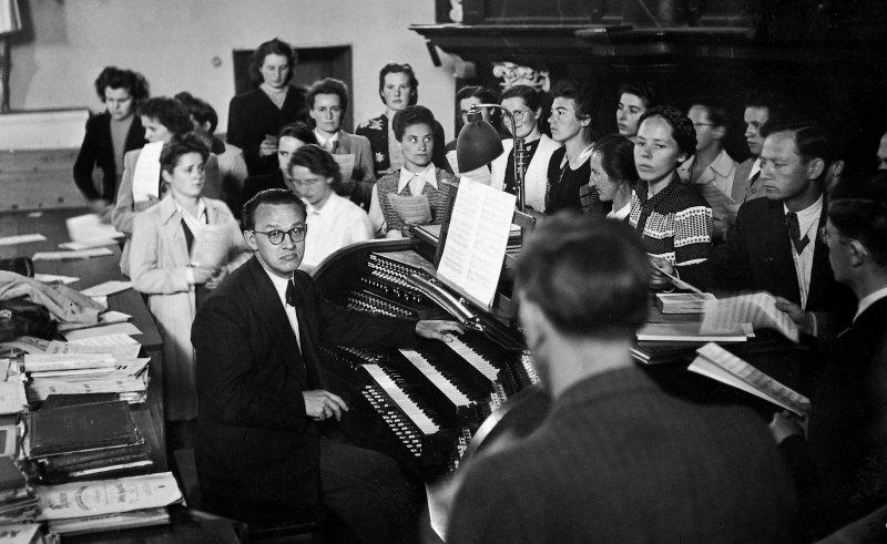 Der Gemischte Chor Stans, mit dem zusammen der Orchesterverein an den festtagen die Festmessen aufführte, hier auf der Empore zusammen mit Heinz Hindermann. Aufnahme von 1947.