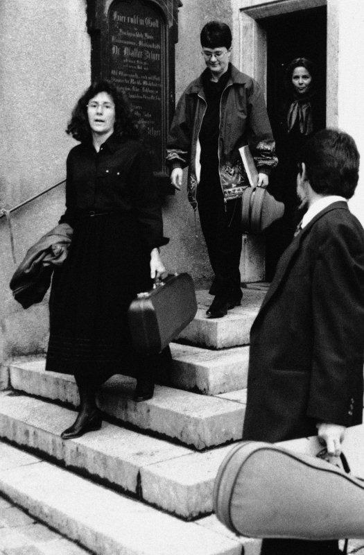 Aufbruch nach getaner Arbeit zu geselligem Tun. Monika Tschümperlin, Esther Minder, Vreni Niederberger und Pfarrer Stefan Zelger beim Verlassen der Stanser Pfarrkirche. Aufnahme von 1997.