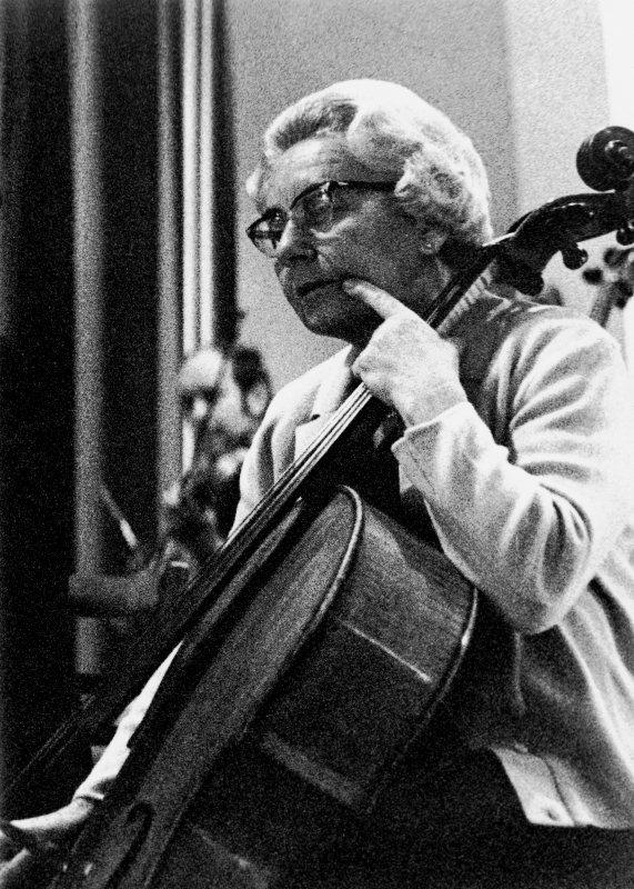 Lotte Zelger-Hoffa, passionierte Cello-Spielerin, Ehrenmitgliedm, von 1961 bis 1989 aktiv im Orchestervereint tätig. Aufnahme von 1967.