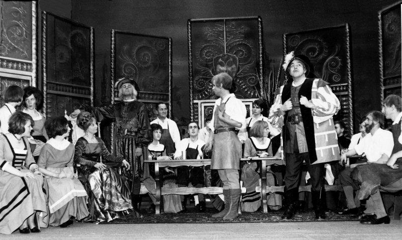 """Auf der Bühne: Szene aus der Operette """"Die goldene Meisterin"""" mit der Musik von Emund Eysler. Die Aufführungen standen unter der musikalischen Leitung von Konrad Rudolf Lienert. Aufnahme von 1966."""