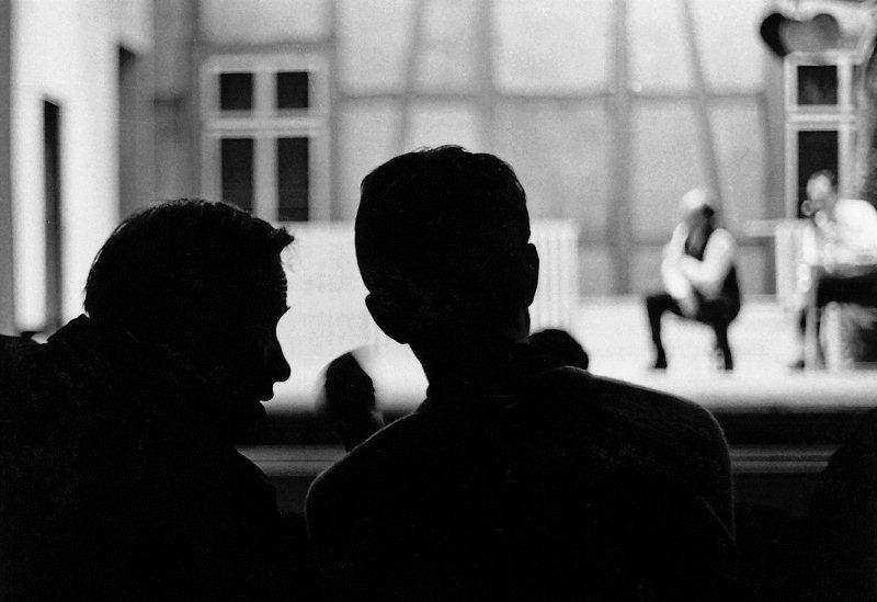 """Während der Probe zum """"lieben Augustin"""": Bühnenbildner Paul Stöckli und Regisseur Nikolas Kerkenrath im Gespräch. Aufnahmen von 1968."""