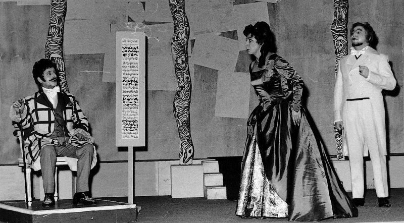 """Szene aus der Operette """"Der liebe Augustin"""", Musik von Leo Fall, mit dem kargen, für Operetten untypischen Bühnenbild des Stanser Künstlers Paul Stöckli."""