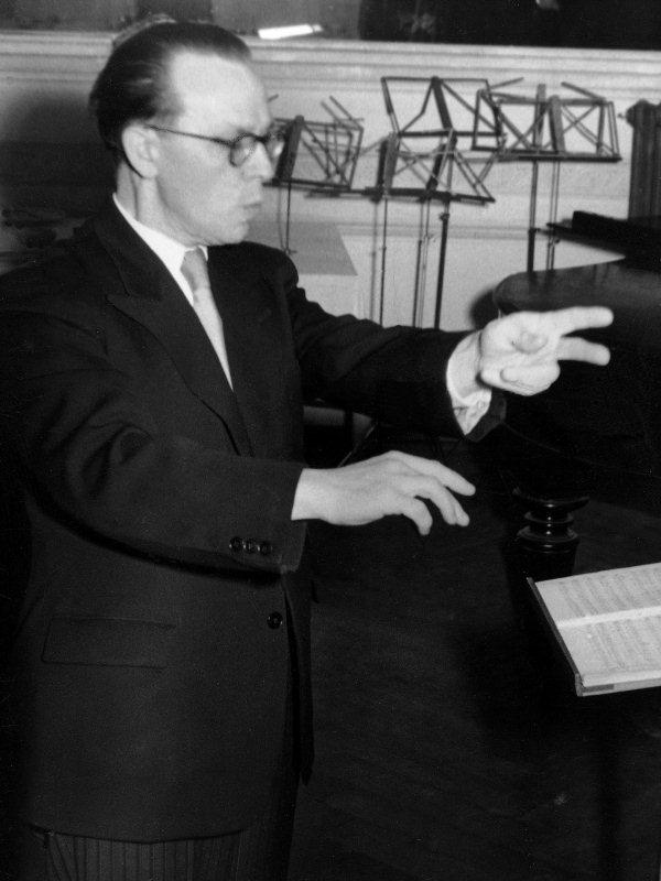 Heinz Hindermann, von 1942 bis 1964 Dirigent des Orchesters, während des Benefizauftrittes des Orchestervereins für das neue Pfarrheim (Bazar). Aufnahme von 1956.