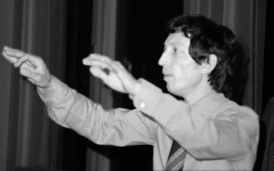 Hans Schmid, Ehrenmitglied, Leiter des Orchesters in Festgottesdiensten von 1972 bis 1980, während einer Probe. Aufnahme von 1974.