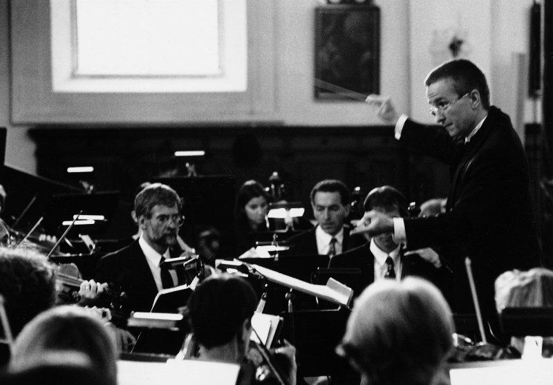 Martin Schleifer gibt der zweiten Violine einen Einsatz im Geistlichen Konzert 1997. Er dirigiert das Orchester seit 1986 mit viel Engagement. Im weiteren sind von links nach rechts sichtbar: Daniel Wegmann, Claudia Bünter, Daniel Schlatter und (etwas versteckt) Thomas Wallimann