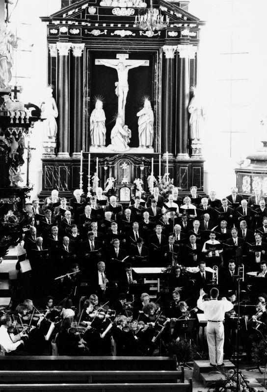 Vorprobe vor dem grossen Auftritt: Orchesterverein Nidwalden und Männerchor Stans vor dem Geistlichen Konzert 1997.